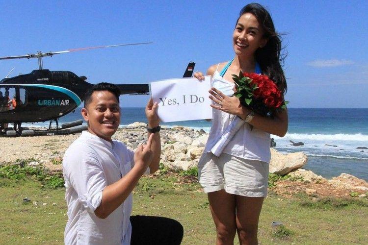 Naik Helikopter, 9 Potret Mesra Melanie Putria Saat Dilamar Kekasih