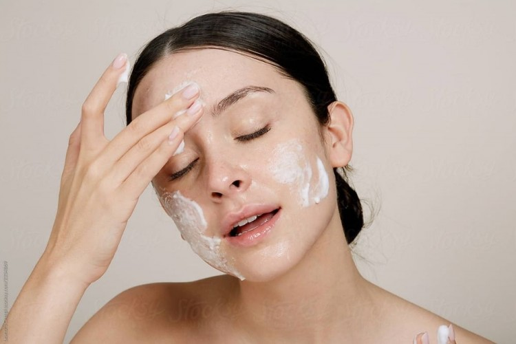 5 Rekomendasi Face Wash Untuk Kulit Berjerawat