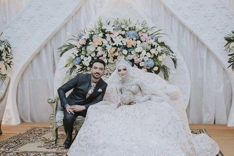 Diterpa Isu Cerai, Ini 9 Potret Perjalanan Cinta Reza Zakarya & Istri
