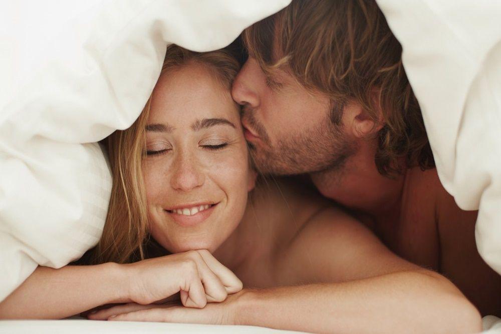 6 Manfaat Pakai Alat Bantu Seks Saat Bercinta dengan Pasangan