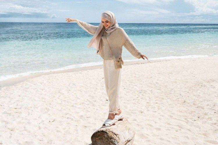 Ide Mix & Match Outfit Hijab ke Pantai yang Simpel dan Modis