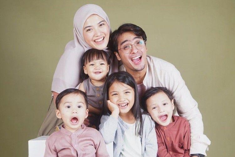 9 Raja Sinetron yang Dikaruniai Banyak Anak, Keluarganya Jadi Ramai!