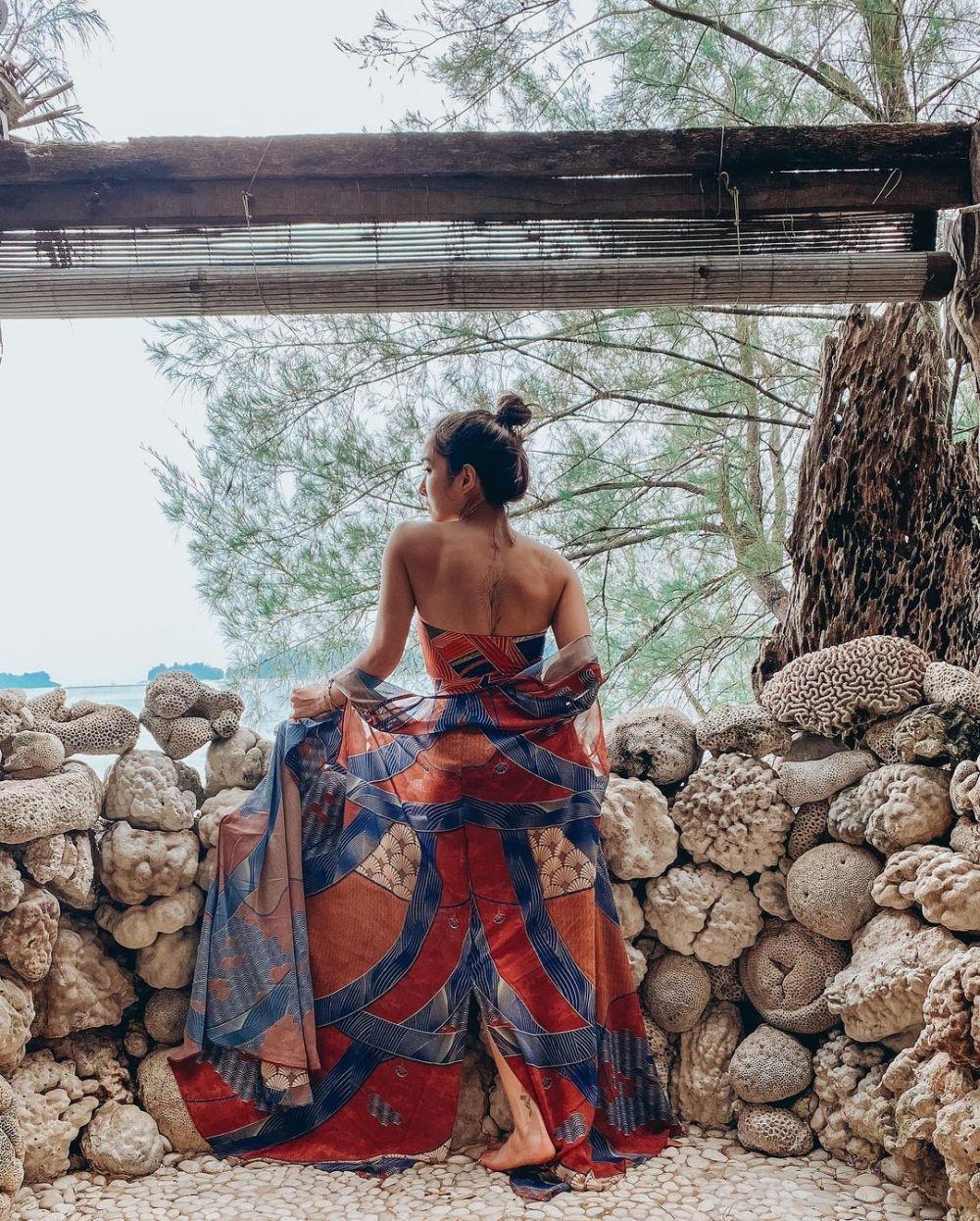 Gaya Artis Cewek Lokal Pamer Tato di Punggung, Bajunya Bikin Salfok