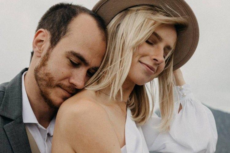 8 Tanda Suami Masih Mencintai Istrinya Setelah Lama Menikah