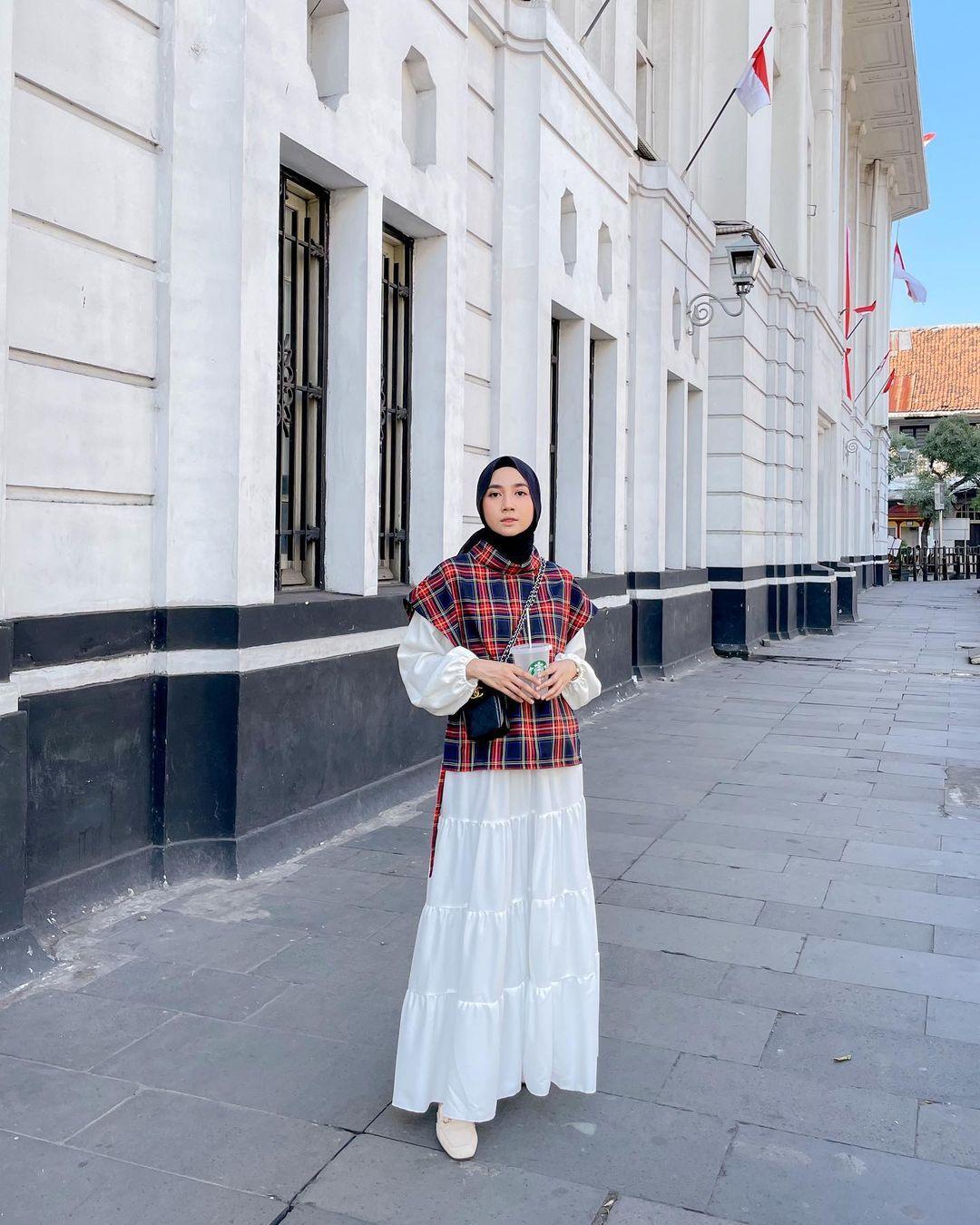 Tips Pakai Atasan Lengan Pendek untuk Perempuan Hijab