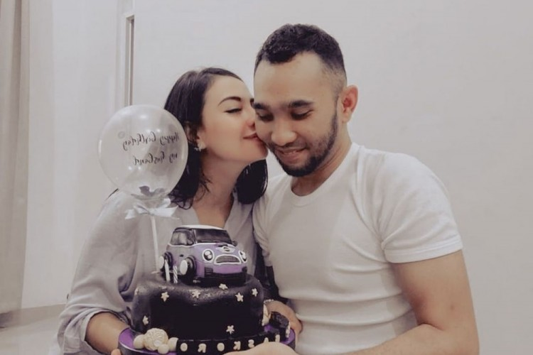 9 Potret Bahagia Enji Mantan Suami Ayu Ting Ting dan Istri Barunya