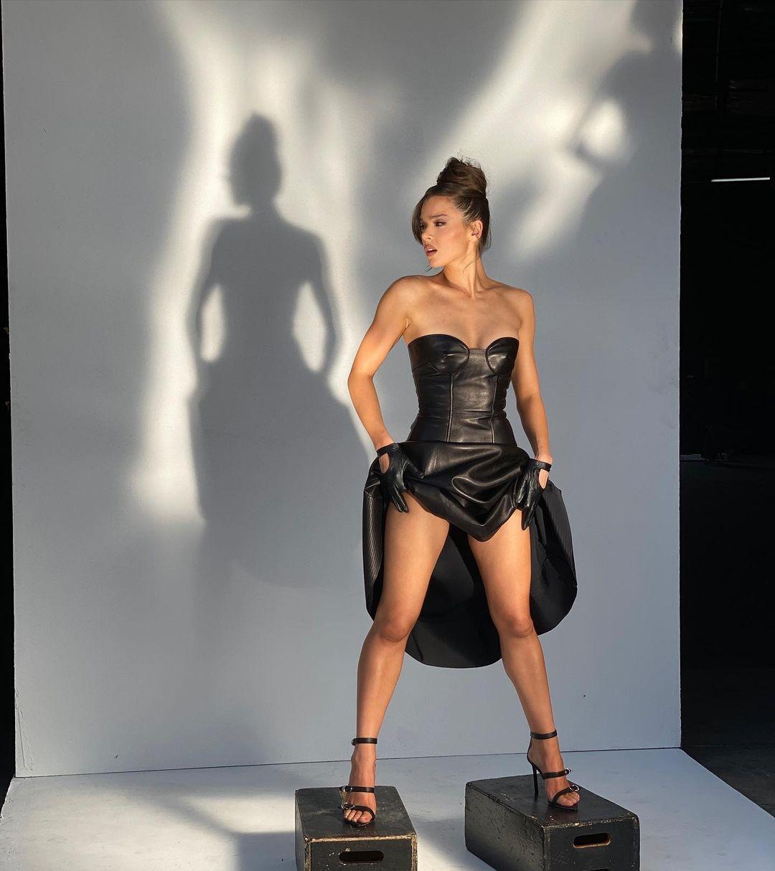 Gaya Seksi Hailee Steinfeld SebelumBikin Pangling di Met Gala