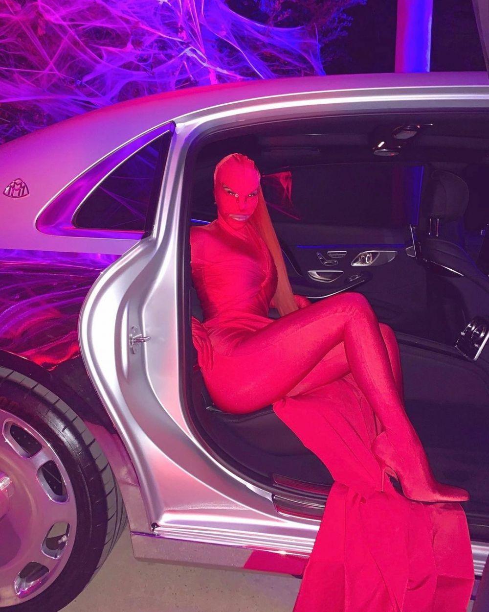 7 Gaya Kim Kardashian Pakai Baju Tertutup, Nggak Pamer Aurat