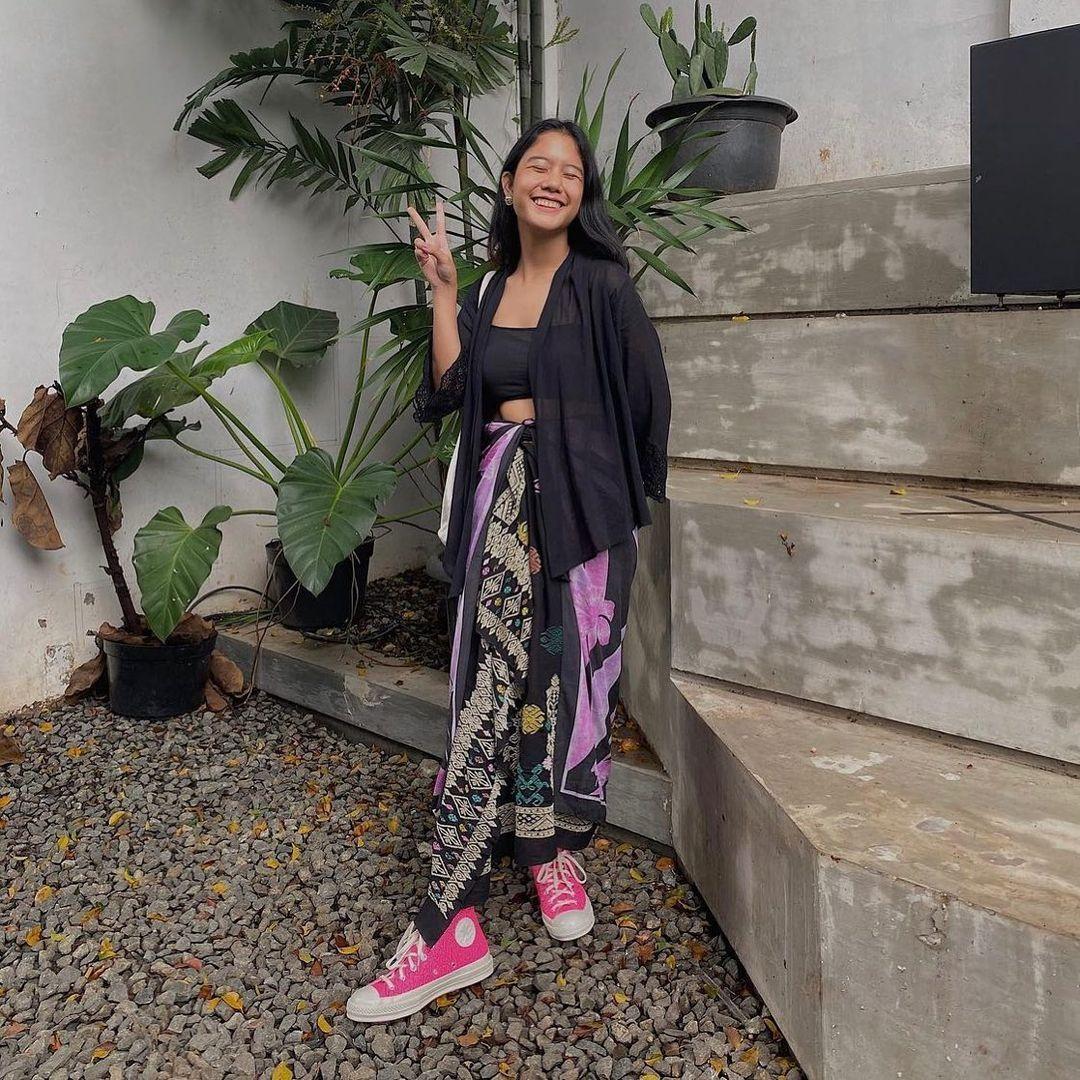 Cara Paling Kekinian Padu-padan Outfit Pakai Rok Lilit Batik