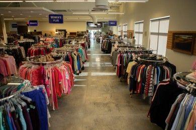 Tips Memilih Baju Thrift Shop, Perhatikan Ini Sebelum Beli