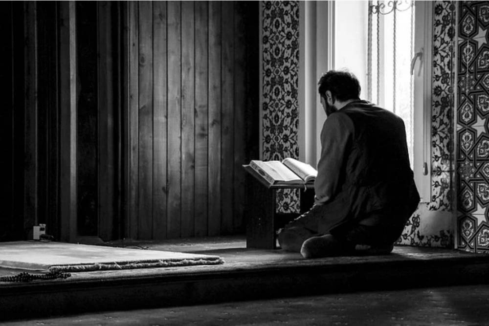 Terhindar dari Guna-Guna, Inilah Bacaan dan Keutamaan Surat Al Falaq