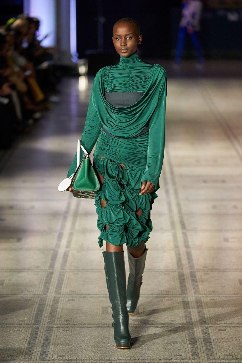 Deretan Koleksi Terbaik Para Desainer di London Fashion Week 2021