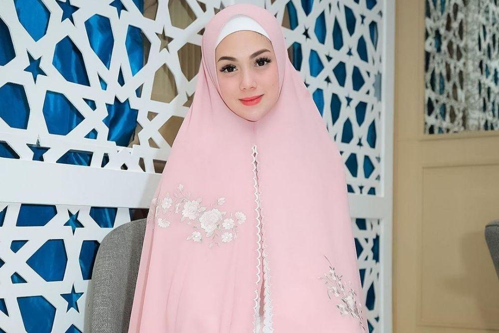 7 Potret Artis Non Muslim Kenakan Hijab, Bikin Hati Adem