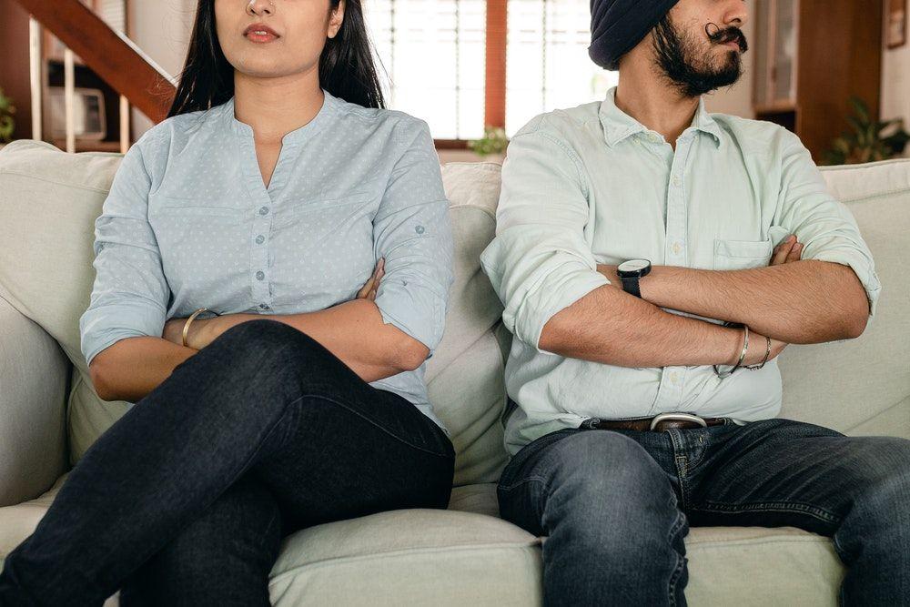 Pasanganmu Bersikap Cuek? Jangan Lakukan 5 Hal Ini Ya