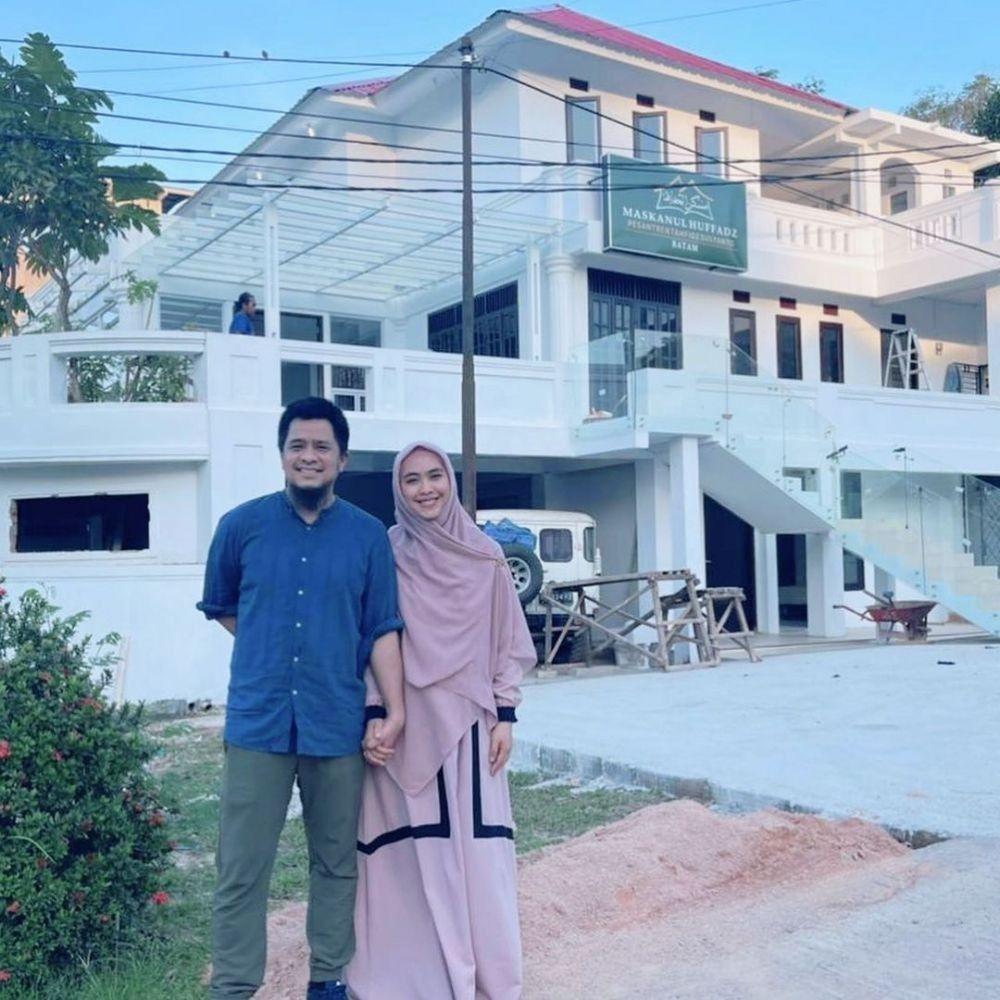 10 Potret Hangat Keluarga Oki Setiana Dewi, Jadi Panutan Ria Ricis