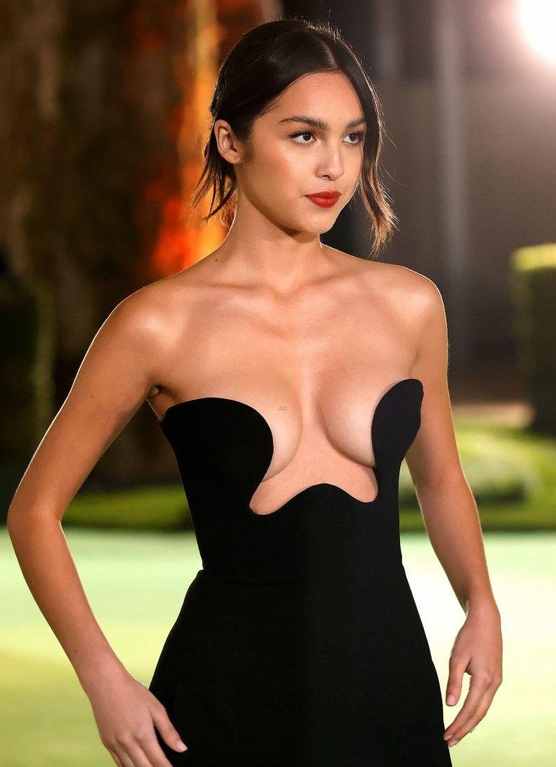 Olivia Rodrigo Pakai Gaun Hitam yang Ekspos Payudara, Terlalu Seksi!
