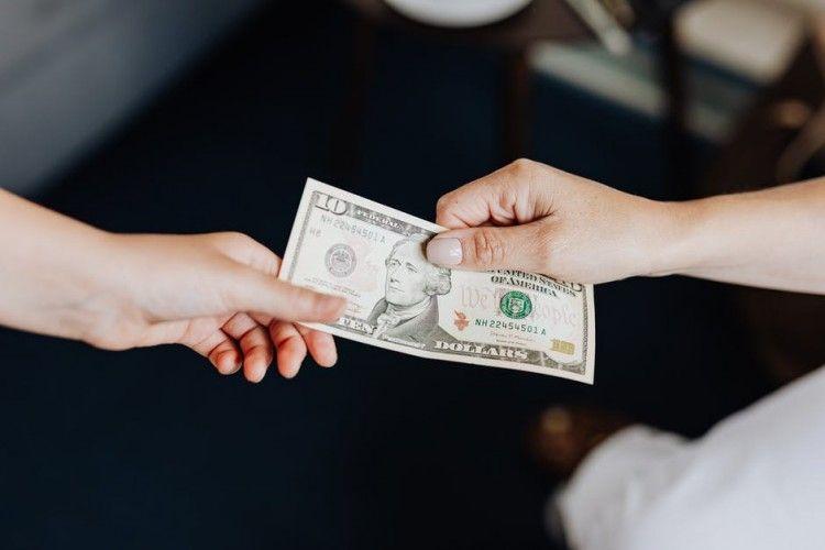 Hukum Suami Meminjamkan Uang Tanpa Diketahui Istri dalam Islam