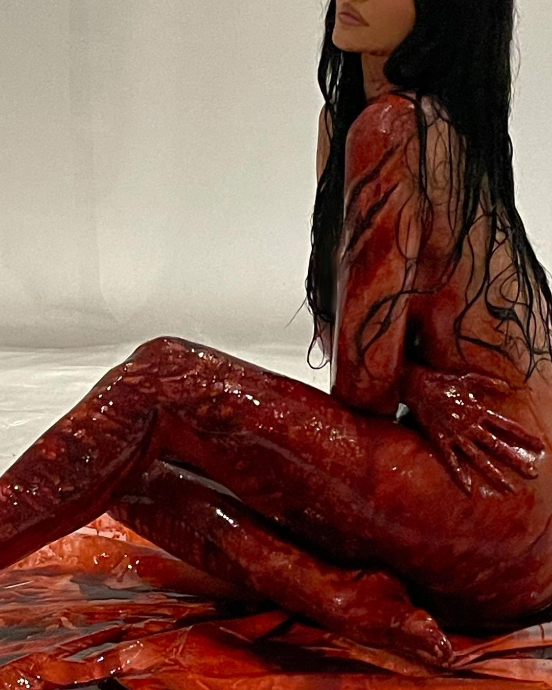 Tanpa Baju! Kylie Jenner Tetap Pose Seksi saat 'Berlumurah Darah'