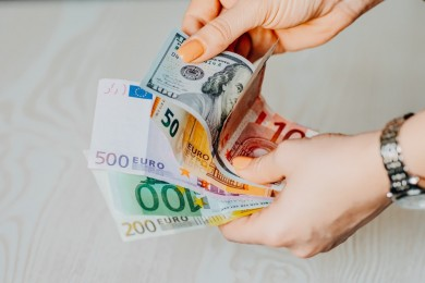Hukum Suami Meminta Uang Hasil Kerja Istri, Bolehkah