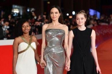 Potret MemukauAngelina Jolie Bergaya Kompak Anak-anaknya